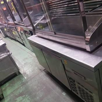 Mesa fría con recipientes casi nuevos !!!